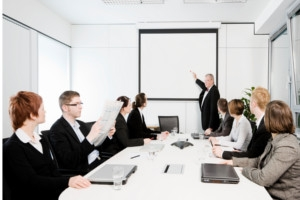 Studiu: barbatii primesc bonusuri de doua ori mai mari decat femeile