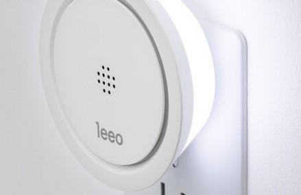 Un gadget de 2 x inteligent: lumina de veghe cu detector de fum