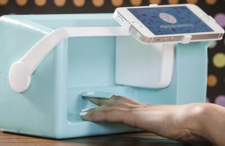 Acesta este robotul care permite imprimarea emoticoanelor pe unghii