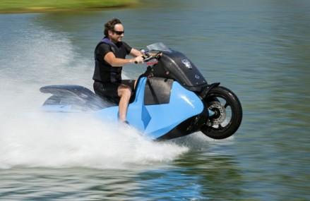 Motocicleta care se transforma intr-un ski-jet in numai 5 secunde