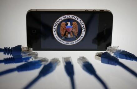 """Apple se lupta cu ordinele judecatoresti pentru ca """"usa din spate"""" a iPhone-ului sa ramana inchisa"""