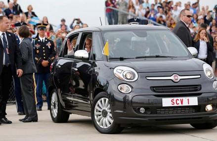 Un Fiat 500L utilizat de papa Francisc, vandut la licitatie cu 82.000 de dolari