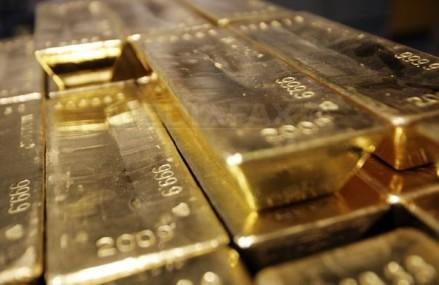 Norii se ridică din nou deasupra economiei globale, iar investitorii găsesc încă o dată refugiu în aur. Dobânzile scăzute practicate de băncile centrale au împins metalul preţios la 46 dolari gramul