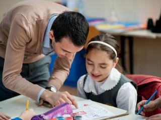Cum incearca zeci de tineri sa imbunatateasca invatamantul romanesc: predau la clase pe care NU le vrea nimeni