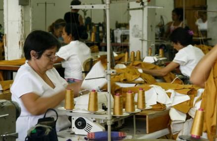 """O """"armată"""" de 11.000 de croitori şi cusătorese din România lucrează pentru gigantul suedez H&M"""