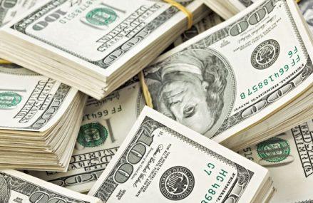 Dolarul se retrage la minime multianuale faţă de monedele majore, iar investitorii pariază că deprecierea va continua