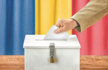 Alegeri locale 2020. Un primar din judeţul Sibiu a fost filmat în timp ce le arată alegătorilor cum să voteze