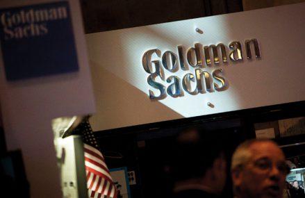 Noua generaţie învinge una dintre cele mai influente bănci de pe Wall Street. Goldman Sachs anunţă că juniorii vor începe de la un salariu de 110.000 de dolari după ce noii angajaţi s-a plâns că sunt storşi de muncă