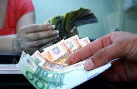 Cursul valutar continuă să crească, începând săptămâna cu un nou maxim istoric, de 4,8838 lei/euro. Cursul este mai mare cu 0,3% faţă de finalul anului 2020