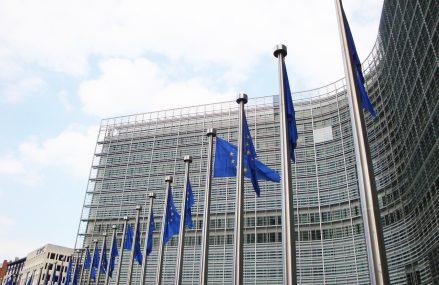 Bruxelles-ul avansează un pachet de 100 miliarde euro pentru menținerea locurilor de muncă în UE și redirecționarea tuturor fondurilor structurale către măsuri legate de criza coronavirus