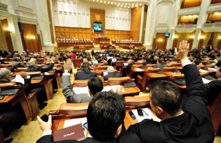Senatul a aprobat ca profesorii şi personalul auxiliar să primească stimulente ca medicii