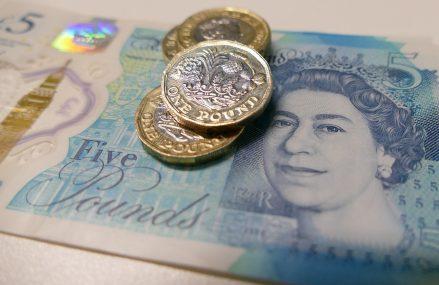 Lira sterlină, cea mai abruptă scădere lunară din acest an