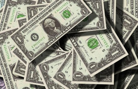Dolarul se îndreptă spre cea mai slabă evoluție lunară din ultimul deceniu