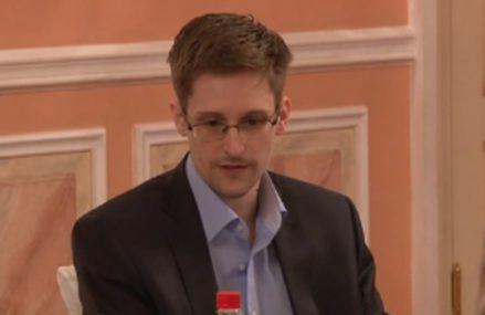 După faptă şi răsplată: Rusia îi acordă rezidenţă permanentă lui Snowden, fostul colaborator CIA care a expus secrete ale NSA