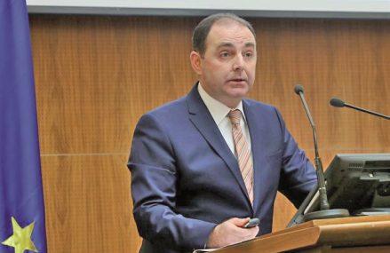 După peste două decenii în poziţia de director adjunct al Direcţiei Supraveghere din BNR, Adrian Cosmescu preia din octombrie conducerea acestei direcţii, în locul lui Nicolae Cinteză, care s-a pensionat