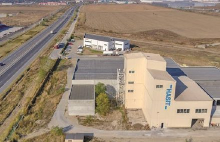 Germanii de la Hasit investesc 3 mil. euro pentru dublarea capacităţii de producţie în fabrica de materiale de construcţii de la Bolintin Deal. Odată cu instalarea celei de-a doua linii de producţie la Bucureşti, compania va mai angaja încă zece persoane, pentru două schimburi de producţie