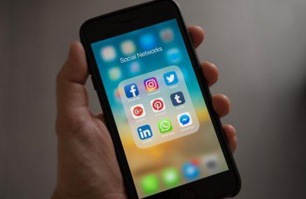 Guvernul australian vrea sa oblige Google si Facebook sa plateasca pentru stirile utilizate