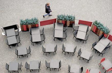 """Business Magazin. Cafenelele, restaurantele şi micile afaceri care trăiau în jurul clădirilor de birouri încep să se teamă pentru viitorul lor: Dacă angajaţii rămân acasă pentru mai mult timp va fi un dezastru. """"Aveam planuri să ne extindem, dar acum la prânz avem numai 10 clienţi, dacă nu şi mai puţini"""""""