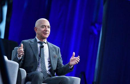 Jeff Bezos, pe primul loc în topul Forbes celor mai bogați americani pentru al treilea an consecutiv