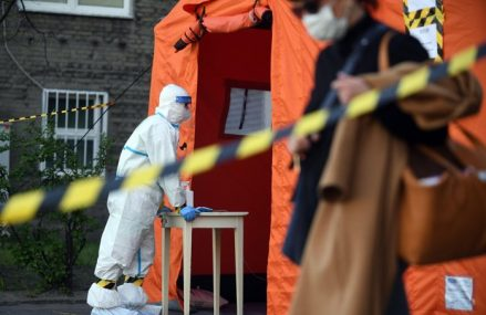 Decesele cauzate de coronavirus la nivel mondial se apropie de un milion, însă numărul ar putea fi dublu, spune un expert în domeniul sănătăţii