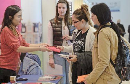 Ce îşi doresc tinerii de la un job: Studiu: Tinerii se îndreaptă spre joburile care le pot oferi siguranţă şi un venit în plus pe termen lung