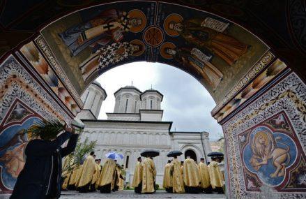 Aproape 8.000 de oameni au fost duminică la Patriarhie, să se închine la Moaştele Sf. Dimitrie