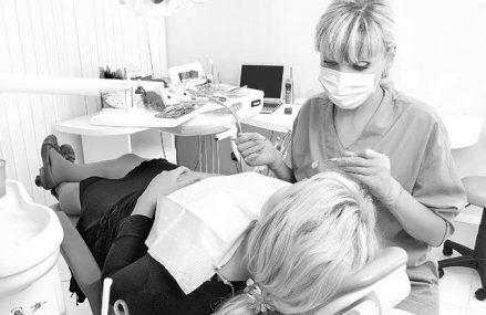 """România este la coada clasamentului în Uniunea Europeană la consultaţiile stomatologice. Denisa Zaharia, medic dentist: """"Avem un număr mare de cabinete şi clinici, dar nu sunt uniform distribuite"""""""
