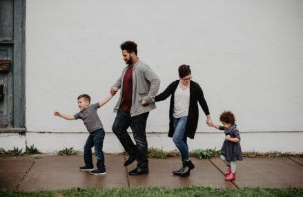 Psihologii sfatuiesc parintii singuri cum sa le prezinte copiilor un nou partener