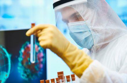 Un voluntar pentru vaccinul dezvoltat de AstraZeneca a murit în urma testelor. Acţiunile companiei au început să scadă pe Bursa din Londra