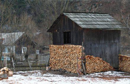 Klaus Iohannis a descoperit tăind o panglică în campania electorală, după 6 ani la Palatul Cotroceni, una dintre cele mai mari probleme ale României: Jumătate din gospodării se încălzesc cu lemne, deşi suntem al doilea cel mai mare producător de gaze din Uniunea Europeană. Ungaria, care nu are resurse de gaze, are 95% dintre gospodării conectate