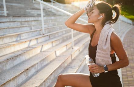 Căști bluetooth sau căști cu fir: care e cea mai bună alternativă pentru sportivi?