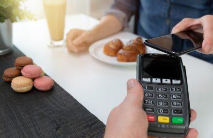 Sfârşitul banilor cash: Banca Centrală Europeană anunţă că plăţile cu cardul din zona euro au depăşit pentru prima dată 50% din total