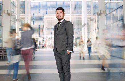 """Cine este tânărul care a dus o afacere înfiinţată în Cluj pe trei continente. """"Businessul e, până la urmă, despre oameni, nu despre cifre"""""""