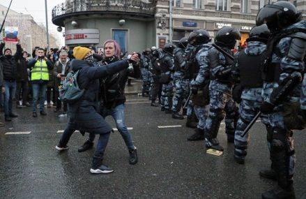 Rusia se revoltă: Proteste masive în zeci de oraşe din Rusia după reţinerea liderului opoziţiei, Alexei Navalnîi. Presa străină scrie că 40.000 de oameni ar fi pe străzi în Moscova. Mii de persoane au fost deja arestate, inclusiv soţia lui Navalnîi