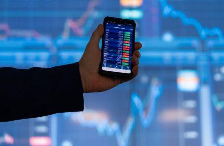 Bursă. Analiza companiilor din BET: astăzi Petrom. Multiplii de tranzacţionare pe baza rezultatelor din S1/2021, companii similare din regiune şi perspective. Din 20 septembrie 2021 acţiunile Petrom vor fi incluse în structura indicelui FTSE Russell. De la începutul anului 2021 acţiunile SNP au plus 29%