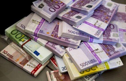 Rezervele valutare au crescut în aprilie  la un nivel record după împrumutul de 3,5 miliarde de euro al Finanțelor