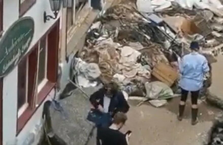 VIDEO Jurnalistă RTL concediată după ce s-a descoperit că s-a murdărit singură cu noroi înaintea unei transmisiuni live despre inundații