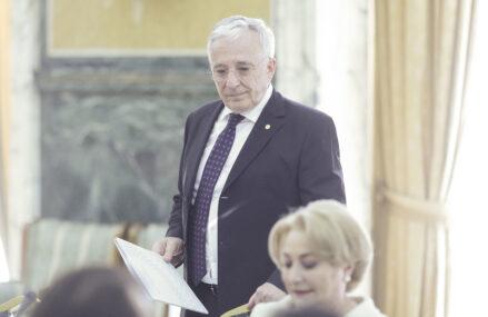 Isărescu iese și explică de ce a angajat-o pe Viorica Dăncilă la BNR: Lucrează de la birou, este foarte disciplinată….