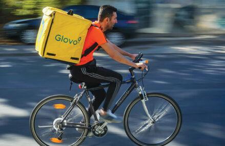 Atacul platformelor de livrări la retailerii care le sunt şi parteneri: Glovo şi FoodPanda şi-au deschis centre proprii de distribuţie