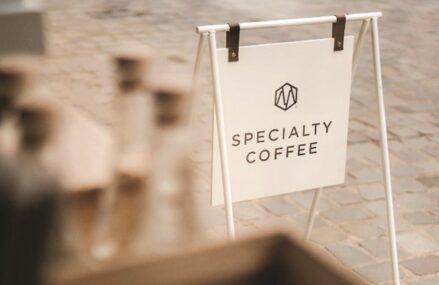 După Afaceri, revista de lifestyle a ZF. Antreprenorii de pe piaţa cafelei: Oamenii au început din ce în ce mai mult să-şi prepare cafea de specialitate acasă, prin diferite metode. Bucureştiul rămâne una dintre cele mai efervescente pieţe la nivelul capitalelor europene atunci când vine vorba de cafeaua de specialitate, cu o cafenea la 26.000 de locuitori