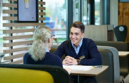 McDonald's caută 60 de oameni pe care să-i formeze manageri pentru restaurantele din ţară. Salariul mediu porneşte de la 4.200 de lei pe lună