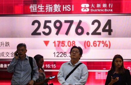 Acţiunile listate pe bursa din Hong Kong continuă să scadă pe fondul prăbuşirii gigantului Evergrande. Analiştii se tem că declinul s-ar putea extinde către sistemul bancar şi sectorul imobiliar din China