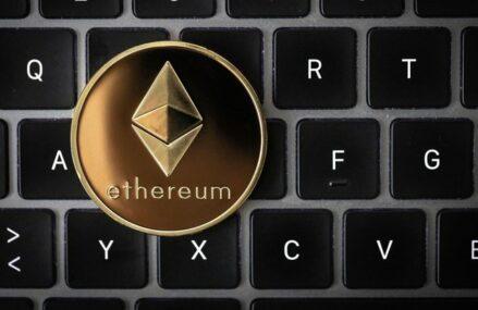 Ether, a doua cea mai valoroasă criptomonedă, creşte de patru ori mai repede decât Bitcoin în contextul actualizării reţelei Ethereum, care urmăreşte să facă mai previzibile taxele de tranzacţie