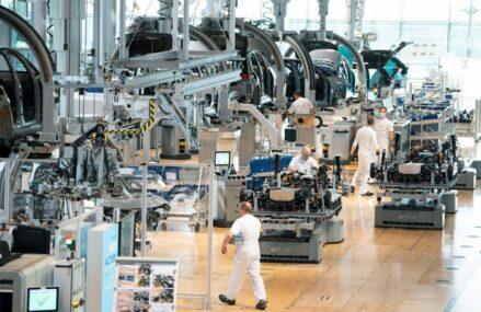Fabricile europene angajează în ritmuri record pentru a satisface nivelul de cerere din piaţă. Creşteri semnificative pentru costurile de producţie şi preţurile de vânzare