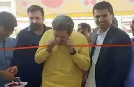 VIDEO Ministru pakistanez, foarte hotărât să inaugureze un magazin. Pentru că a primit o foarfecă tocită, a rupt panglica cu dinții