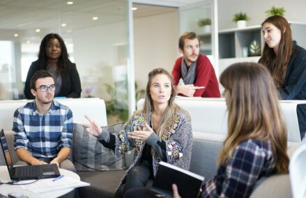 Extra beneficii pentru angajați: costuri mai mici de HR, randament mai bun în muncă