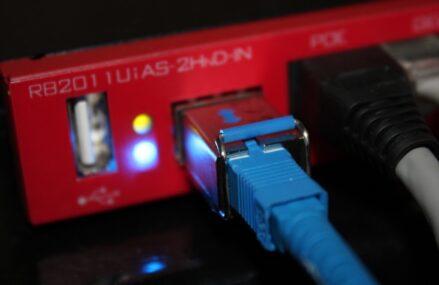 """Motto """"Internet pentru toată România"""" – Instituțiile și autoritățile publice, obligate să aibă conexiune la internet și să dezvolte rețele cu acces pentru populație"""